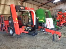 Kuhn 4004 Square bale wrapper